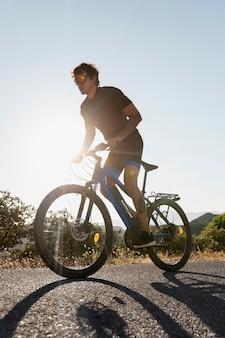 전기 자전거를 가진 사람을 가까이서