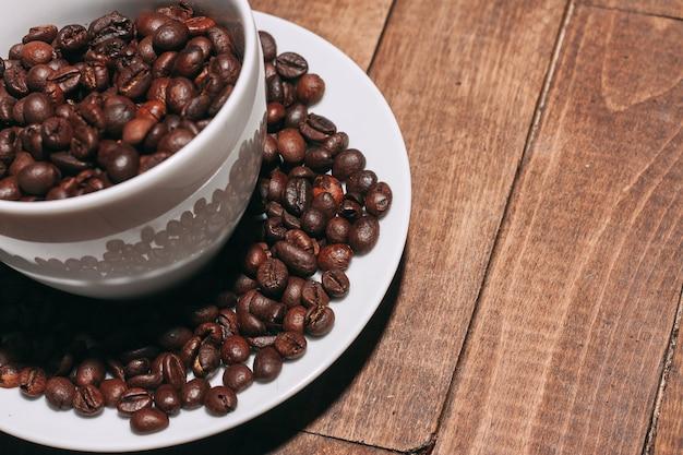 볶은 커피 콩의 더미에 가까이