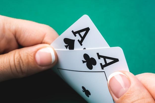Крупным планом на игральной карте с двумя тузами в руке