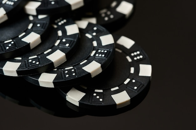 Крупным планом на фишки казино казино покера на темном фоне