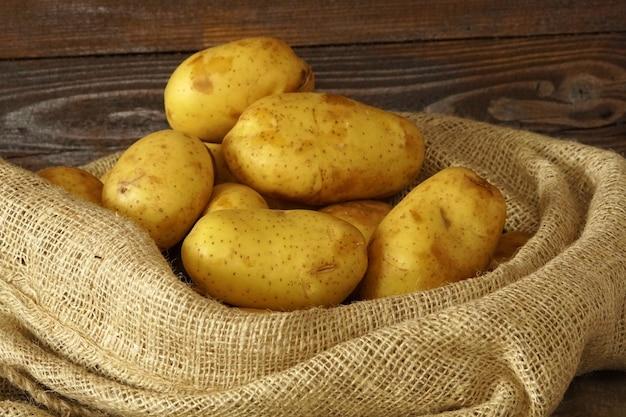 Крупным планом на куче картофеля в джутовом мешке