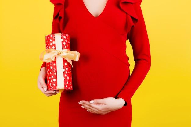 선물 상자와 임신 한 여자에 가까이 프리미엄 사진