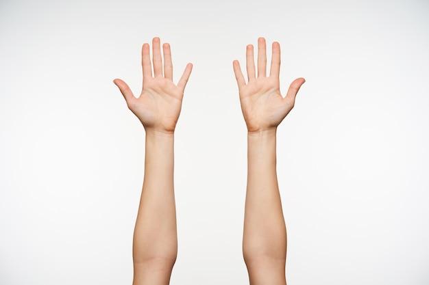 꽤 공정한 피부를 가진 여성 제기 손에 가까이