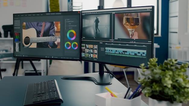 책상 위에 놓인 전문 컴퓨터에 클로즈업