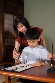 書道と呼ばれる書道をしている生徒にクローズアップ
