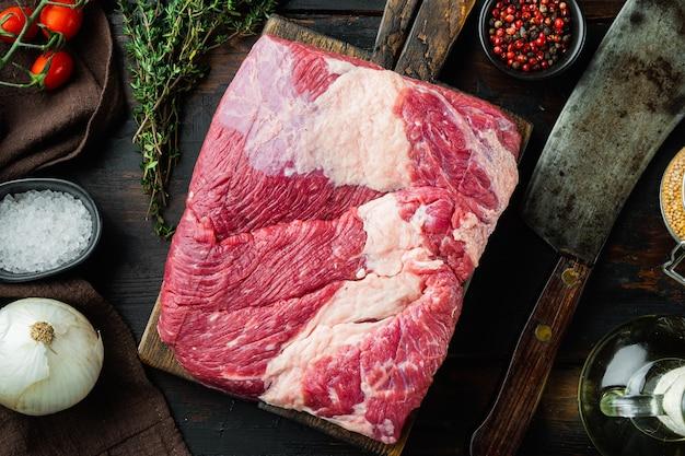 Крупным планом на сырой грудинке говядины на деревянном столе