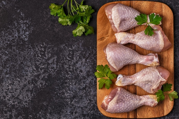 まな板の生の鶏の脚にクローズアップ