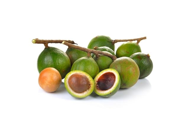 Крупным планом на сырые орехи макадамия изолированные