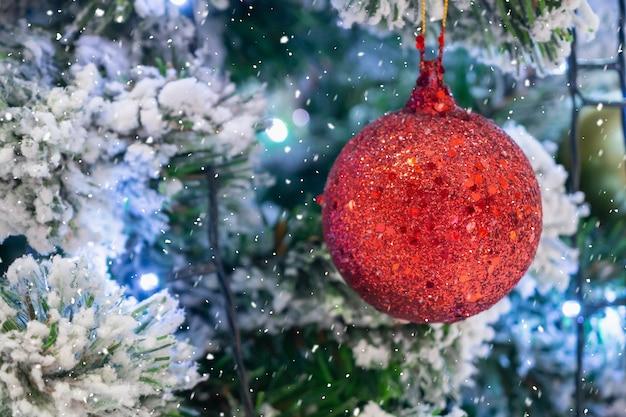 크리스마스 나무에 빨간 공을 닫습니다