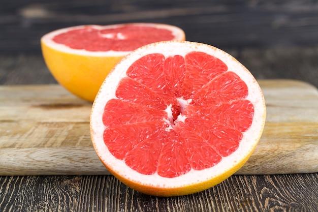 Крупным планом на красный грейпфрут