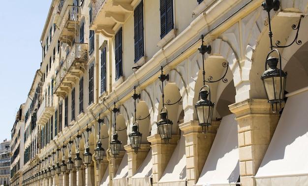 Крупный план ретро-фонарей на фасаде здания. керкира. греция.