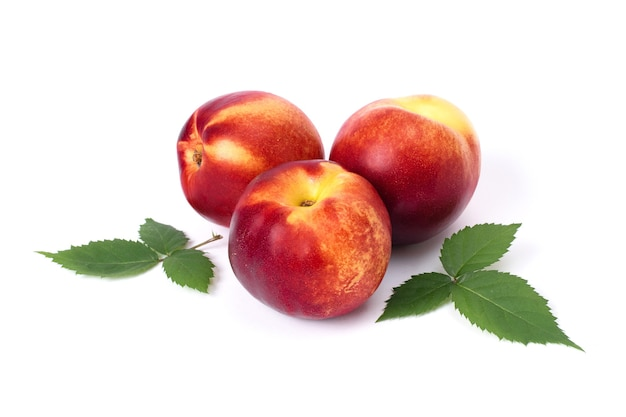 Крупным планом на спелые красивые персики изолированные