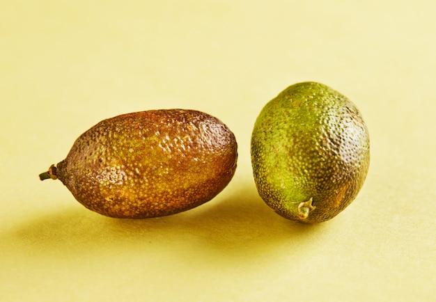 分離された熟した新鮮なミニレモンにクローズアップ