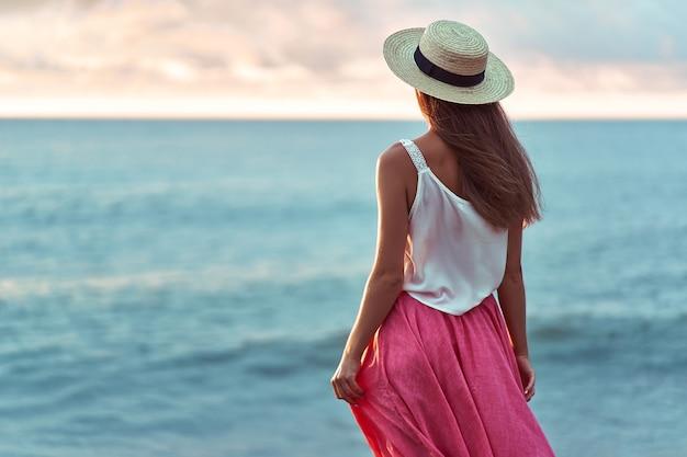 Крупным планом романтическая женщина в соломенной шляпе