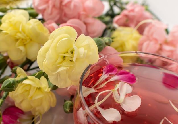 ガラスのカップのクローズアップでバラの飲み物のクローズアップ