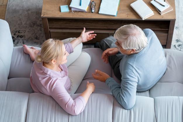 Крупным планом старшая пара во время обучения
