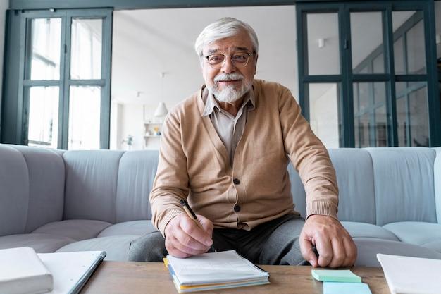 Крупным планом на старшего человека во время обучения
