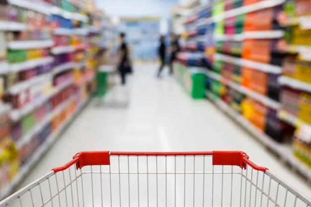 スーパーマーケットのショッピングカートビューのクローズアップ