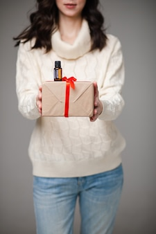 Крупным планом на стройную модель с подарком