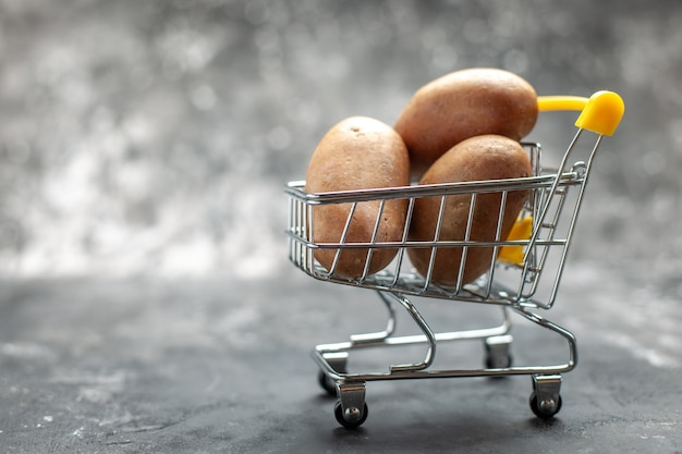 ジャガイモが入った小さな折りたたみ式ショッピングチャートをクローズアップ