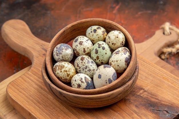 Крупным планом на маленькие свежие яйца в деревенском стиле