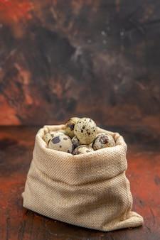 Крупным планом на маленькие свежие яйца в текстильном мешке