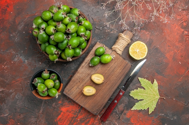 小さなビタミン爆弾の新鮮なフェイジョアの果物にクローズアップ