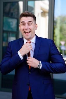 Крупным планом на улыбку успешного бизнесмена