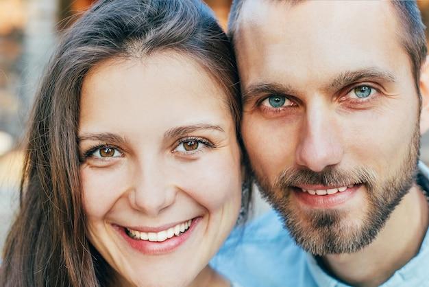 Крупный план улыбающихся лиц молодой женщины и мужчины