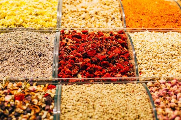 Крупный план специй, орехов, чая на турецком базаре