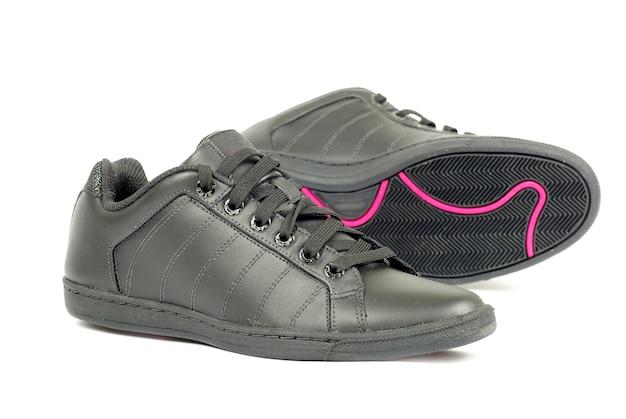 孤立したスポーツの黒い靴のペアにクローズアップ