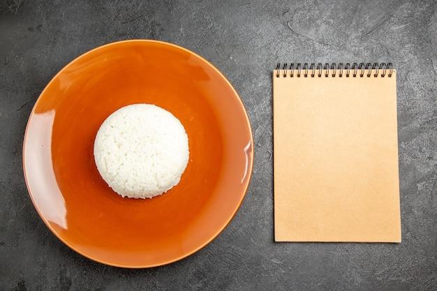 皿の上のご飯の食事にクローズアップ