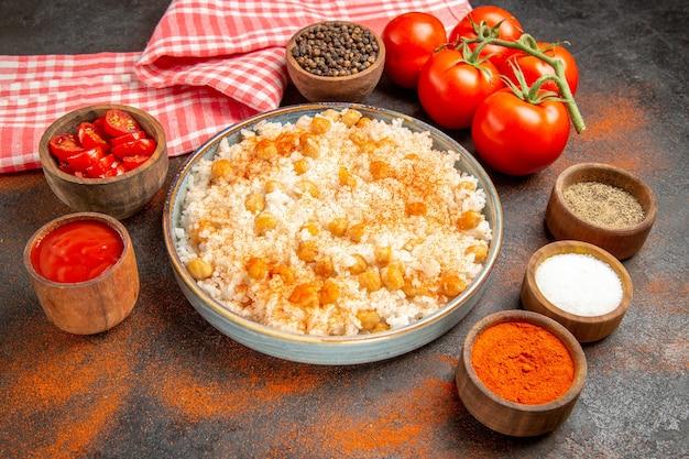 접시에 찐 쌀 식사를 닫습니다