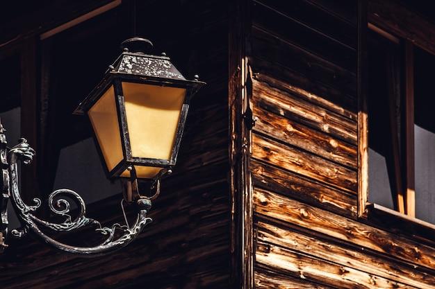 木造建物の街路灯にクローズアップ