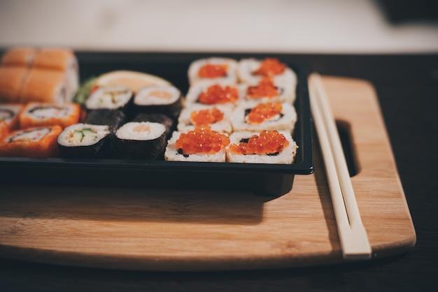 Заделывают суши-роллы с палочками для еды