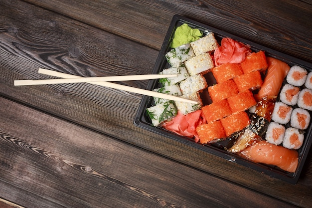 箸で巻き寿司をクローズアップ