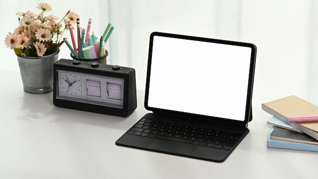 Крупным планом на планшете на белом столе
