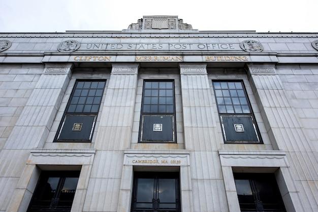 Крупным планом на высокое здание почтового отделения