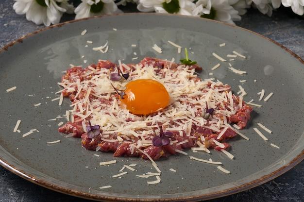 パルメザンチーズとおいしい牛肉のタルタルをクローズアップ
