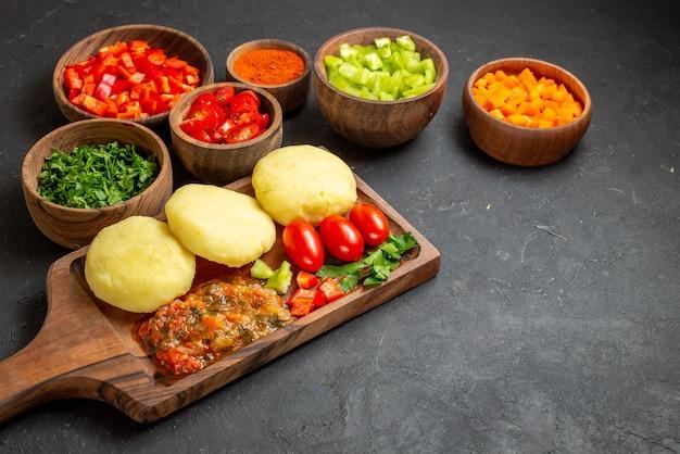 Крупным планом на вкусные котлеты нарезанные овощи