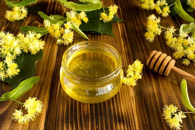 リンデンと蜂蜜とお茶をクローズアップ