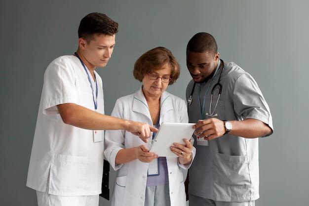 医療従事者のチームにクローズアップ