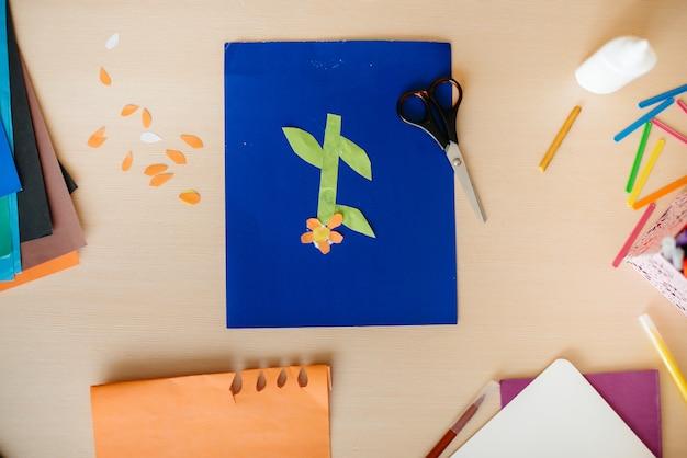 デスクトップアプリケーションと紙で作られた工芸品のクローズアップ。