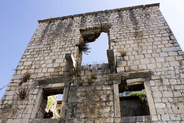 破壊された古い建物のクローズアップ。ペラスト。モンテネグロ。