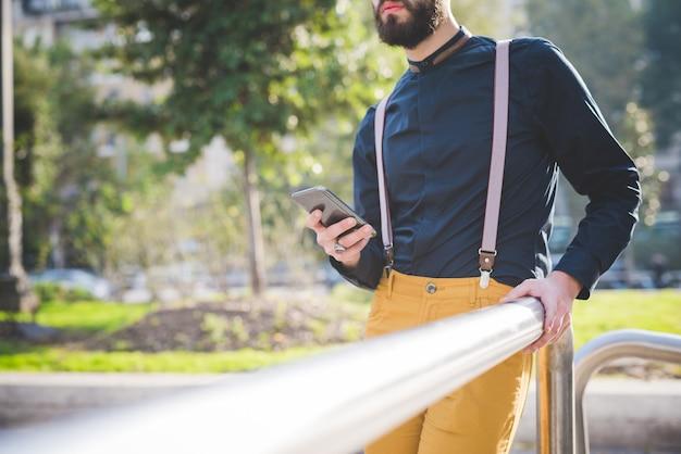 Закройте на руках молодой современный бизнесмен, проведение смартфон