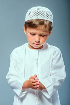 Закройте малыша, одетого в белое, и молитесь