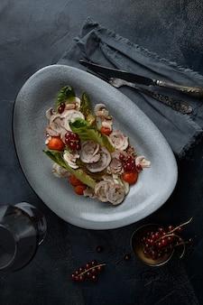 伝統的なイタリア料理vitellotonnatoのクローズアップ。