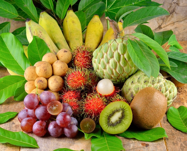 Крупным планом на кучу тропических фруктов