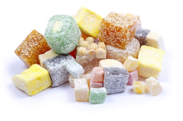 分離されたさまざまなキャンディーをクローズアップ