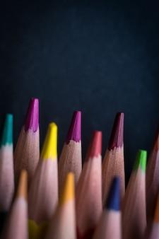 Крупным планом на кончиках различных цветных карандашей